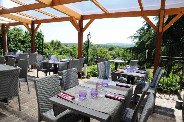 Ici et ailleurs un restaurant avec terrasse dans le val for Restaurant yvelines avec jardin